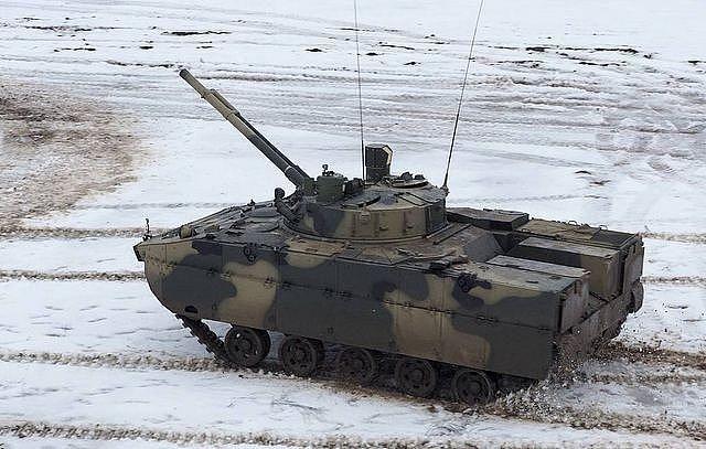Xe thiết giáp Nga nã nhầm hỏa lực vào trung tâm thương mại Ảnh 1
