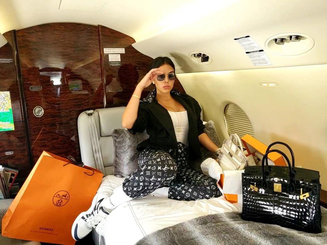 Bạn gái Cristiano Ronaldo khoe nhiều đồ hiệu đắt đỏ Ảnh 8