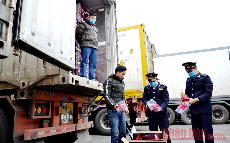 Chuyến hàng thanh long 'xông đất' đầu năm mới Cửa khẩu Kim Thành Ảnh 2