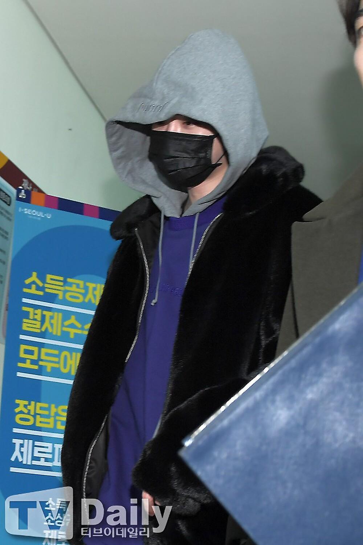 Lee Jong Suk nhí nhố đu xích đu ngay khi xuất ngũ: 'Anh về rồi nè!' Ảnh 3