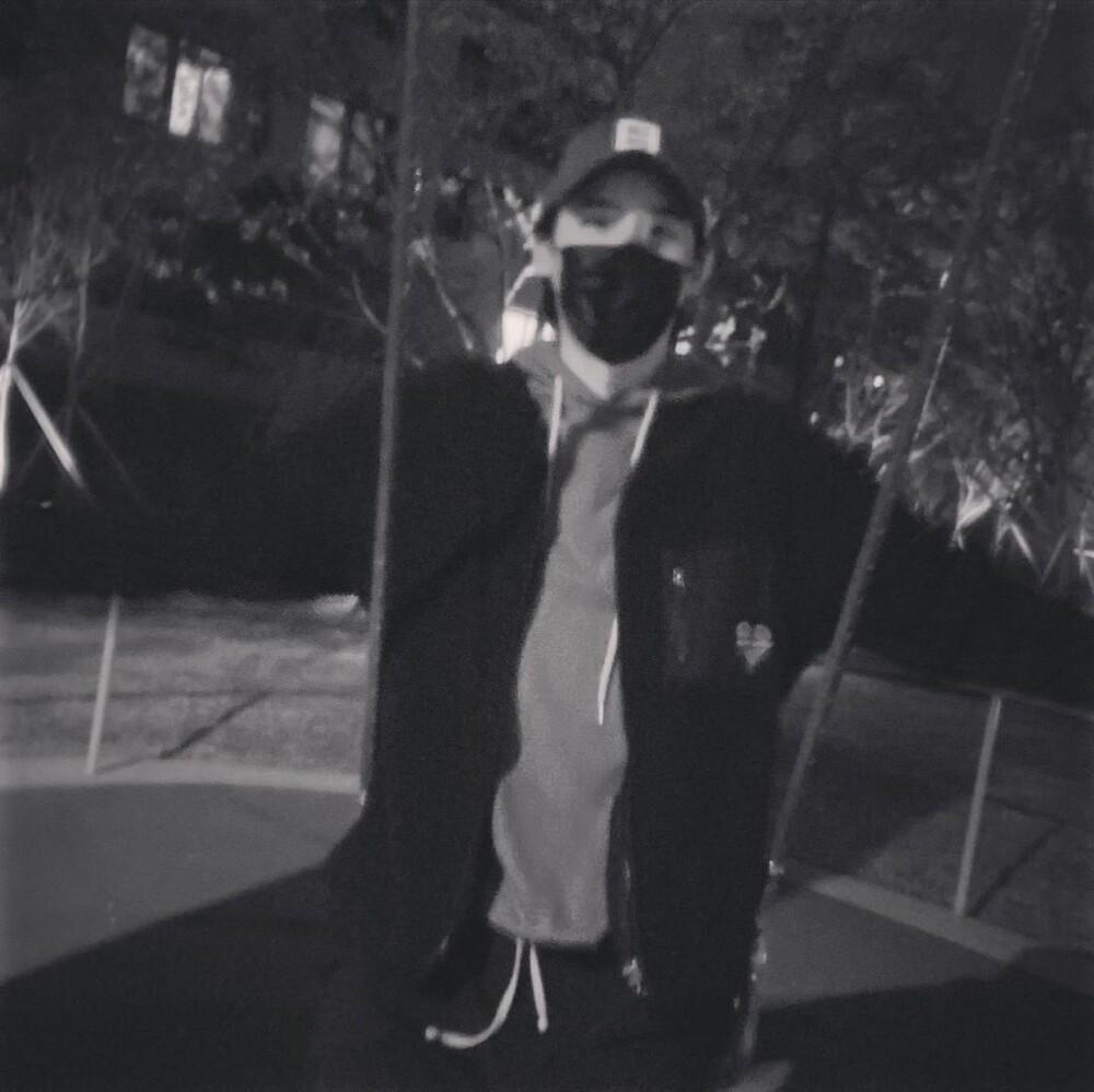 Lee Jong Suk nhí nhố đu xích đu ngay khi xuất ngũ: 'Anh về rồi nè!' Ảnh 1