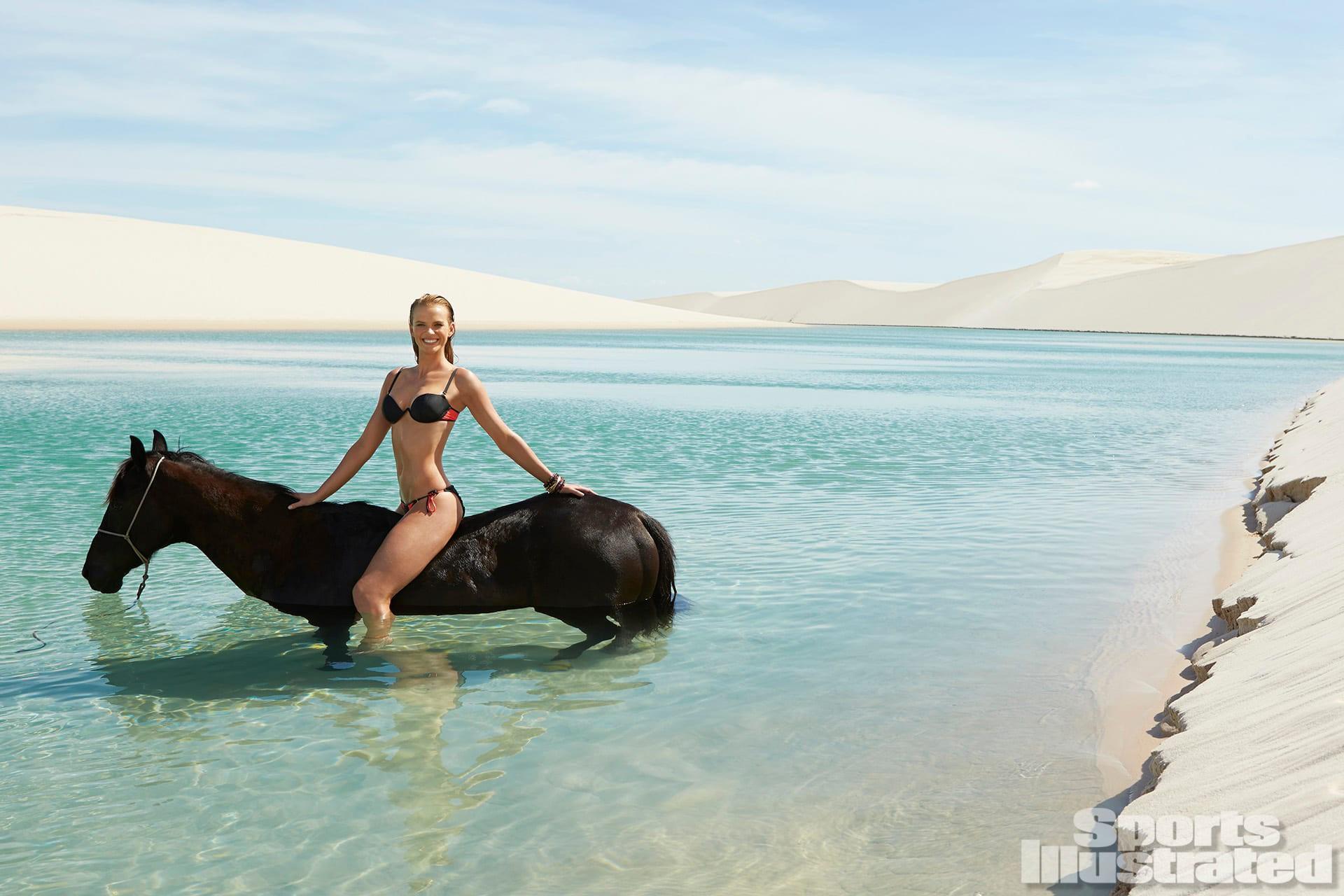 Mỹ nhân nức tiếng Nga đẹp hút hồn ở biển với áo tắm nhỏ xíu Ảnh 6