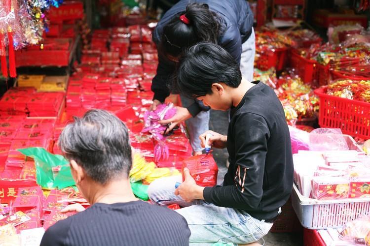 'Thủ phủ' bán đồ trang trí ở Hà Nội tấp nập chuẩn bị Tết Ảnh 7