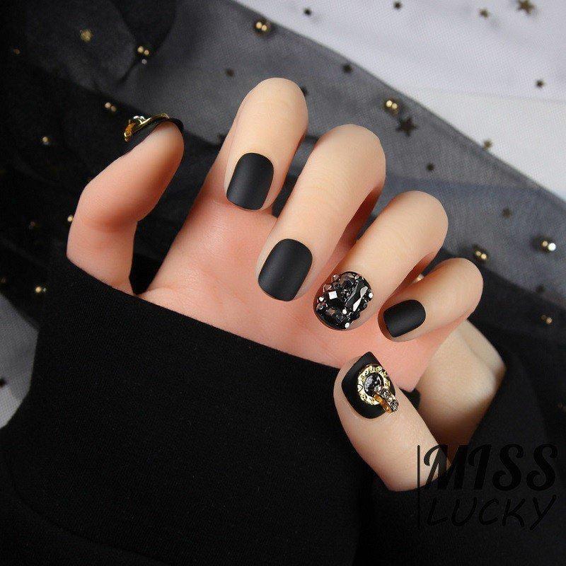 Năm 2021 đến rồi, mẫu nail màu đen ngỡ đơn giản cũng có trăm kiểu cho nàng thử quanh năm Ảnh 9