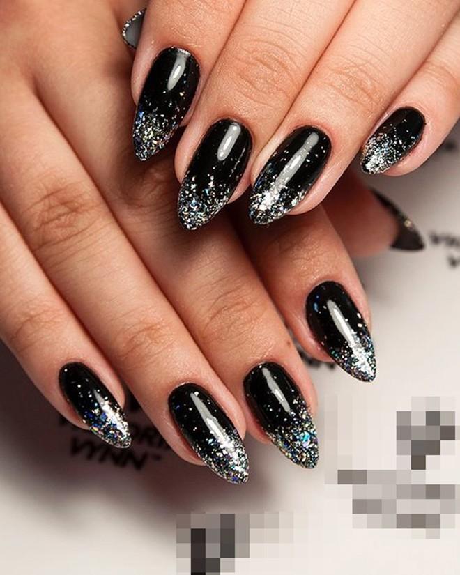 Năm 2021 đến rồi, mẫu nail màu đen ngỡ đơn giản cũng có trăm kiểu cho nàng thử quanh năm Ảnh 10