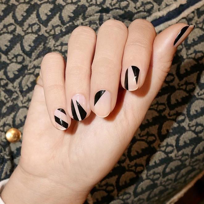 Năm 2021 đến rồi, mẫu nail màu đen ngỡ đơn giản cũng có trăm kiểu cho nàng thử quanh năm Ảnh 3