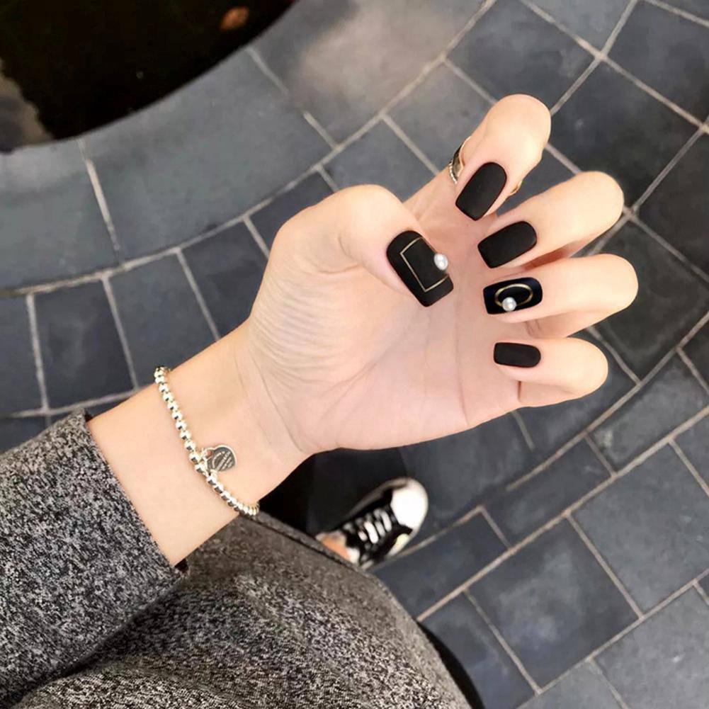 Năm 2021 đến rồi, mẫu nail màu đen ngỡ đơn giản cũng có trăm kiểu cho nàng thử quanh năm Ảnh 5