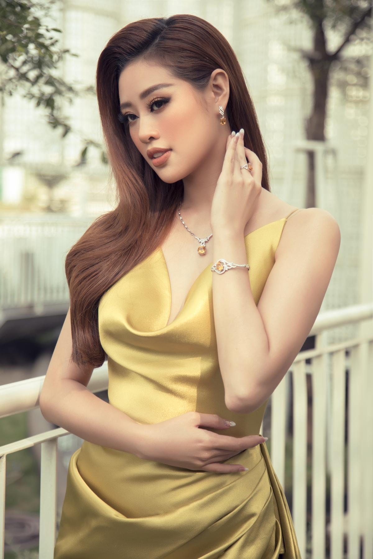 Hoa hậu Khánh Vân xinh đẹp nổi bật với đầm vàng gợi cảm đi dự sự kiện Ảnh 4