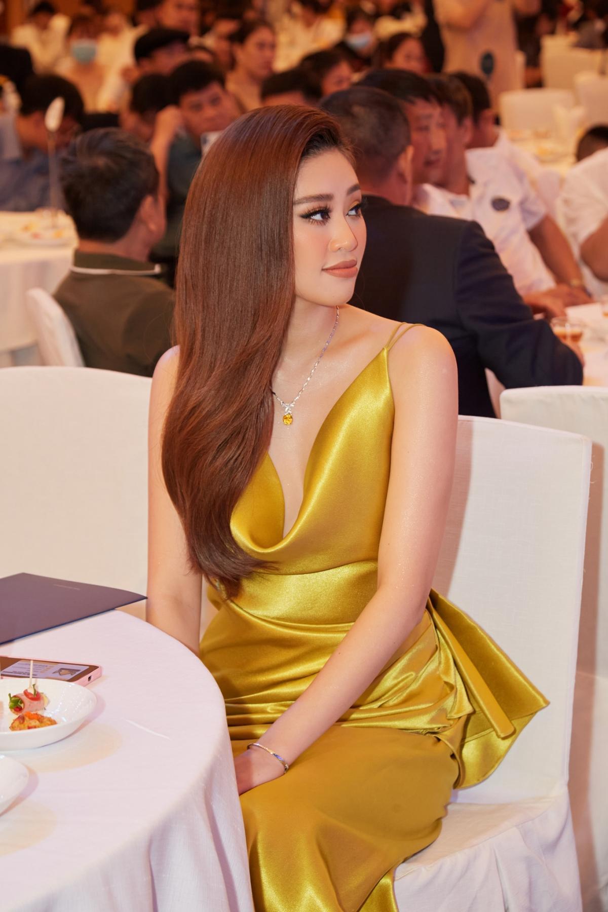 Hoa hậu Khánh Vân xinh đẹp nổi bật với đầm vàng gợi cảm đi dự sự kiện Ảnh 13