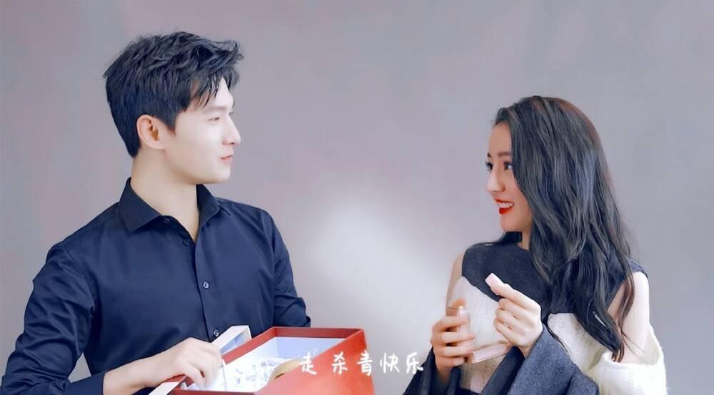 Dương Dương tươi cười rạng rỡ nắm tay Địch Lệ Nhiệt Ba trong ngày đóng máy phim Ảnh 5