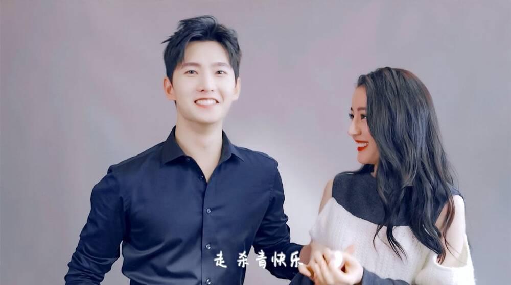 Dương Dương tươi cười rạng rỡ nắm tay Địch Lệ Nhiệt Ba trong ngày đóng máy phim Ảnh 6