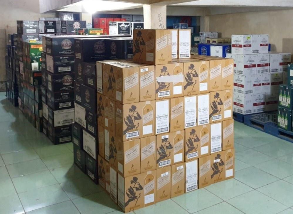Phát hiện hàng nghìn chai rượu nhập lậu trị giá hơn 7 tỷ ở TP.HCM Ảnh 1