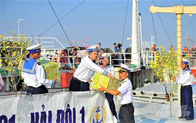 Vùng 2 Hải quân lên đường chúc tết nhà giàn DK1 và huyện Côn Đảo Ảnh 2