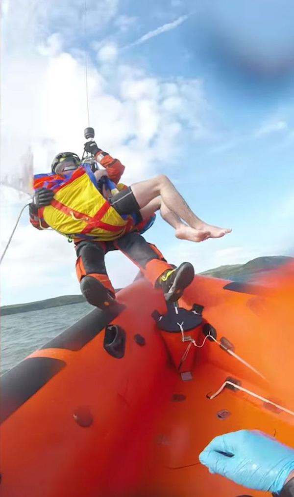 Tuyệt vọng vì bị cuốn ra giữa biển, thiếu niên 17 tuổi may mắn thoát chết nhờ vật dụng không ngờ tới Ảnh 3