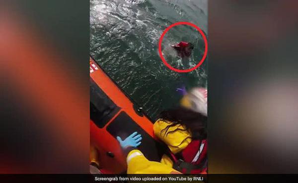 Tuyệt vọng vì bị cuốn ra giữa biển, thiếu niên 17 tuổi may mắn thoát chết nhờ vật dụng không ngờ tới Ảnh 1