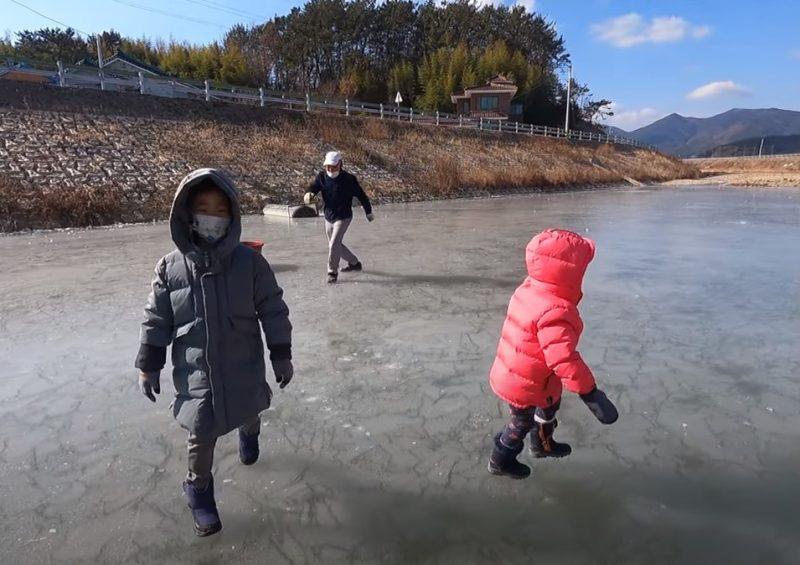 Gia đình cô dâu Việt mang thau muối kim chi ra suối chơi... trượt băng Ảnh 2