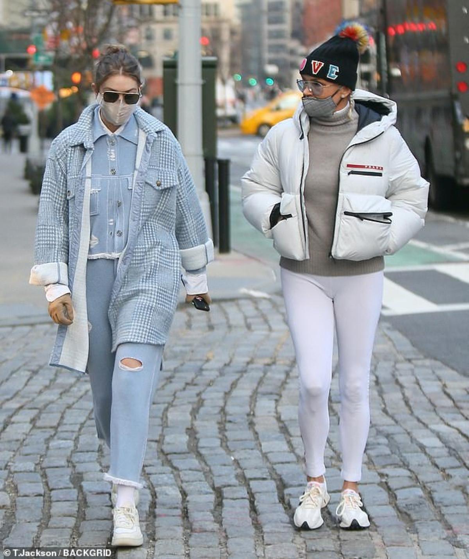 Gigi Hadid diện đồ khỏe khoắn đi chơi cùng mẹ sau gần 6 tháng sinh con Ảnh 2