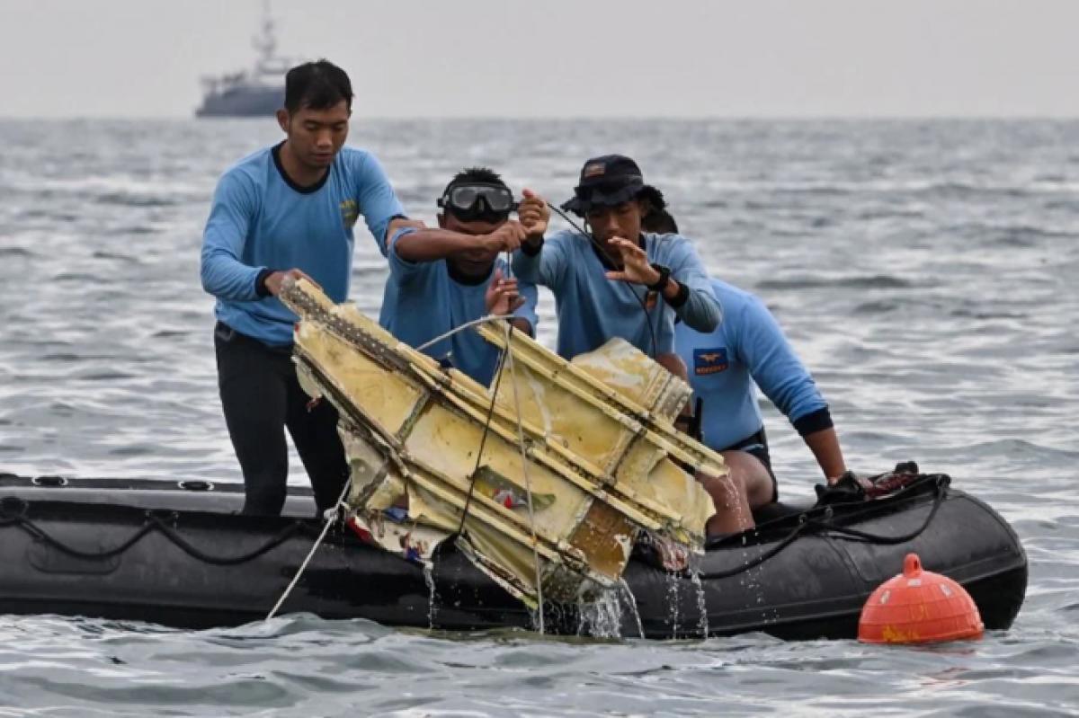 Indonesia tiếp tục tìm kiếm hộp đen và nạn nhân vụ rơi máy bay Ảnh 1