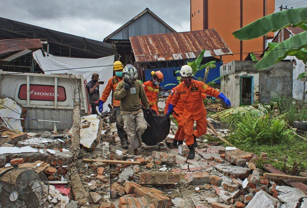 Indonesia chạy đua cứu người sau vụ động đất Ảnh 7