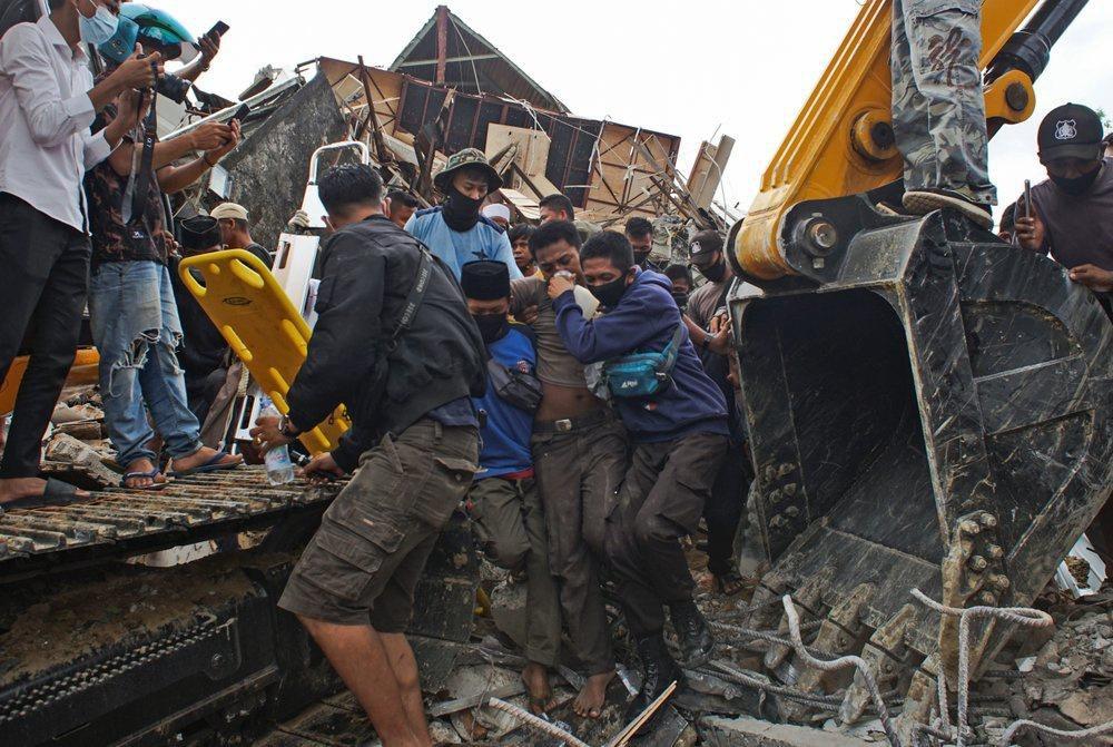 Indonesia chạy đua cứu người sau vụ động đất Ảnh 5