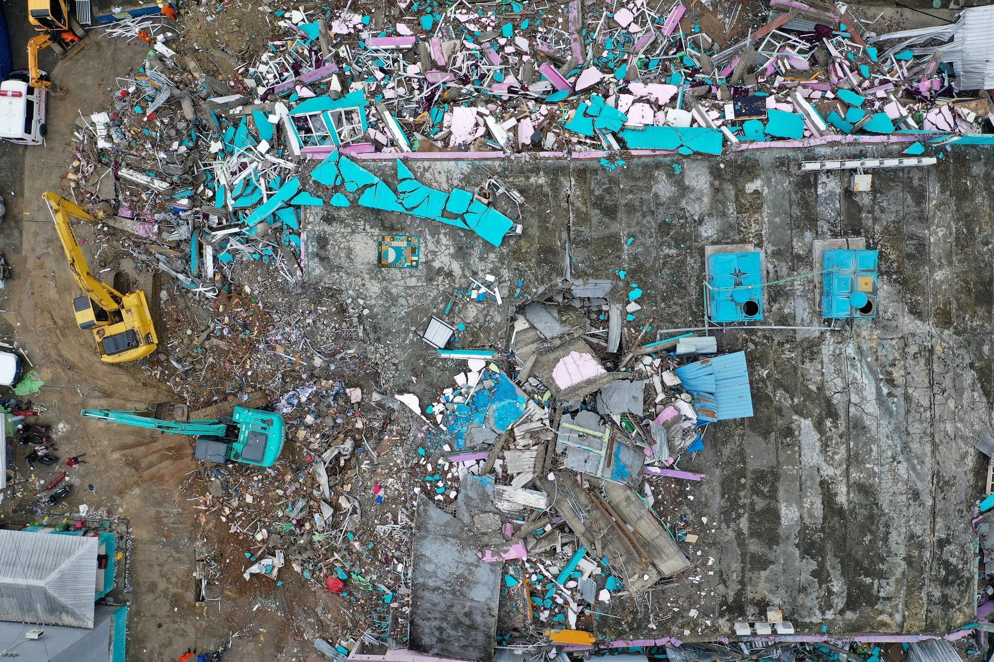 Indonesia chạy đua cứu người sau vụ động đất Ảnh 2