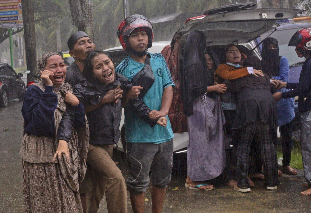 Indonesia chạy đua cứu người sau vụ động đất Ảnh 8