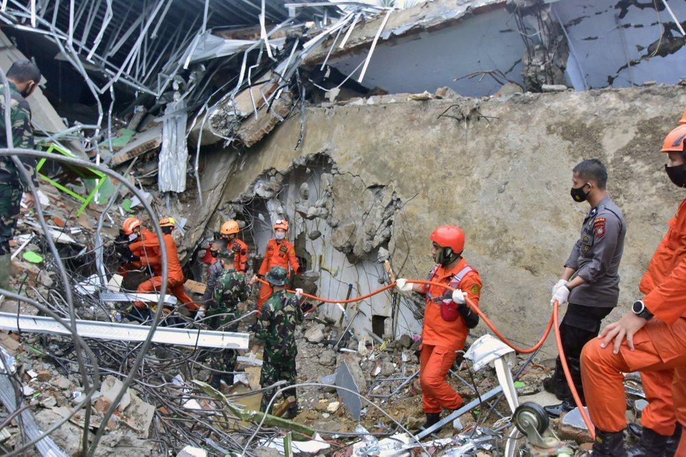 Indonesia chạy đua cứu người sau vụ động đất Ảnh 6
