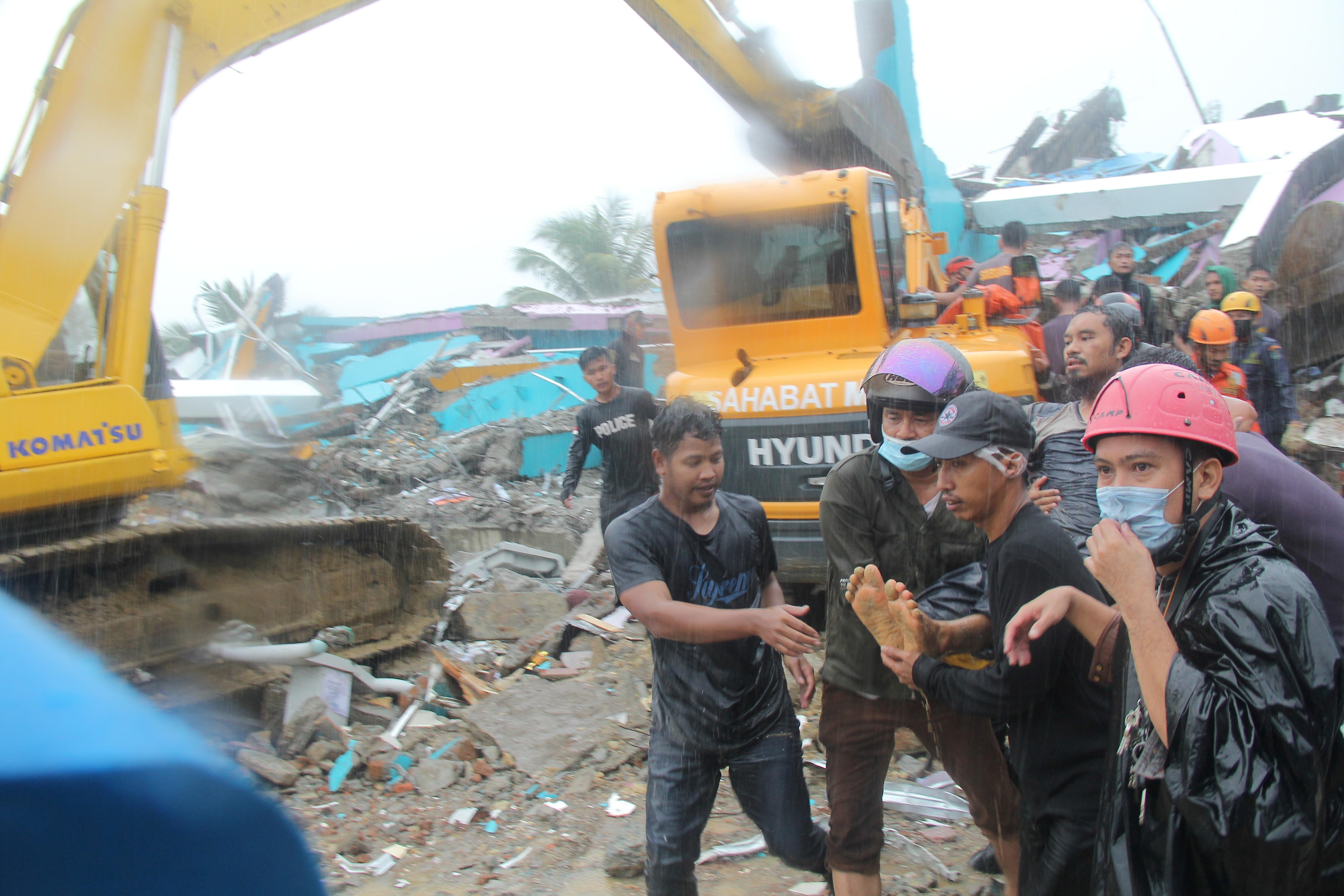 Indonesia chạy đua cứu người sau vụ động đất Ảnh 12