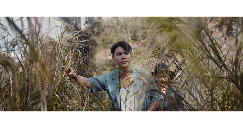 Jay Quân tình tứ cùng Chúng Huyền Thanh trong MV mới, sự xuất hiện của Chị Cả gây bất ngờ Ảnh 7
