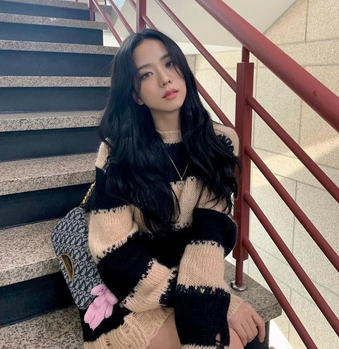 SooYoung hai lần đụng hàng Jisoo: Đẳng cấp của SNSD và BLACKPINK đúng 'đỉnh của chóp' Ảnh 1