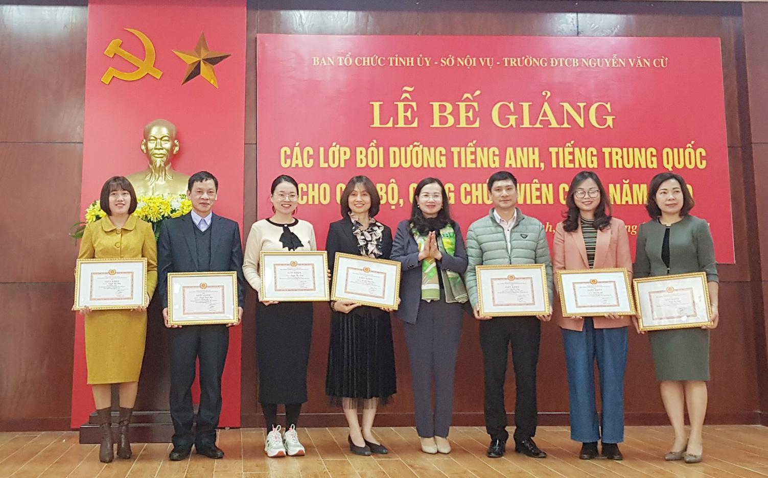 Bế giảng các lớp tiếng Anh, tiếng Trung Quốc cho CBCCVC năm 2020 Ảnh 2