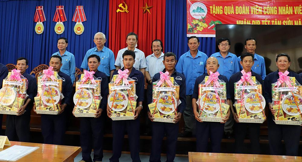 Liên đoàn Lao động tỉnh An Giang chúc Tết các địa phương, tặng quà đoàn viên, người lao động Ảnh 6