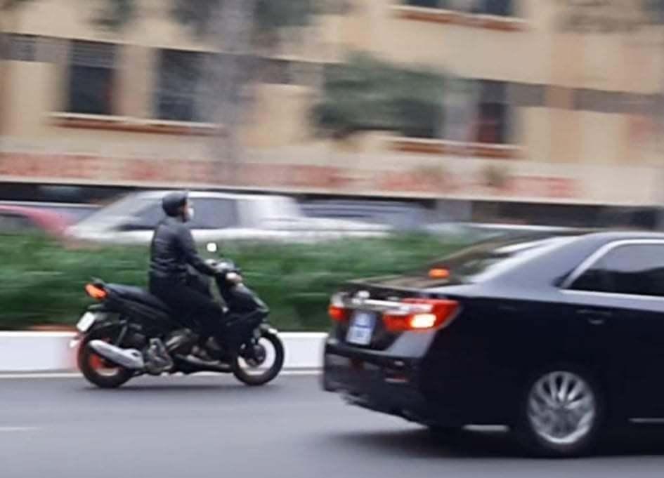 CSGT xử phạt lái xe máy lao theo đoàn phục vụ Đại hội Đảng XIII Ảnh 1