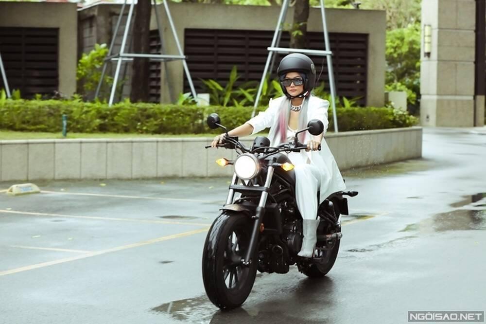 H'Hen Nie vẫn tươi cười chụp hình với fan dù thi rớt bằng lái xe Ảnh 4