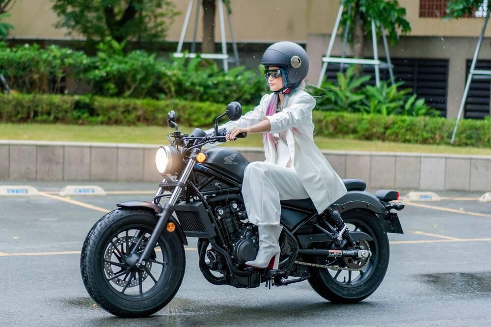 H'Hen Nie vẫn tươi cười chụp hình với fan dù thi rớt bằng lái xe Ảnh 2