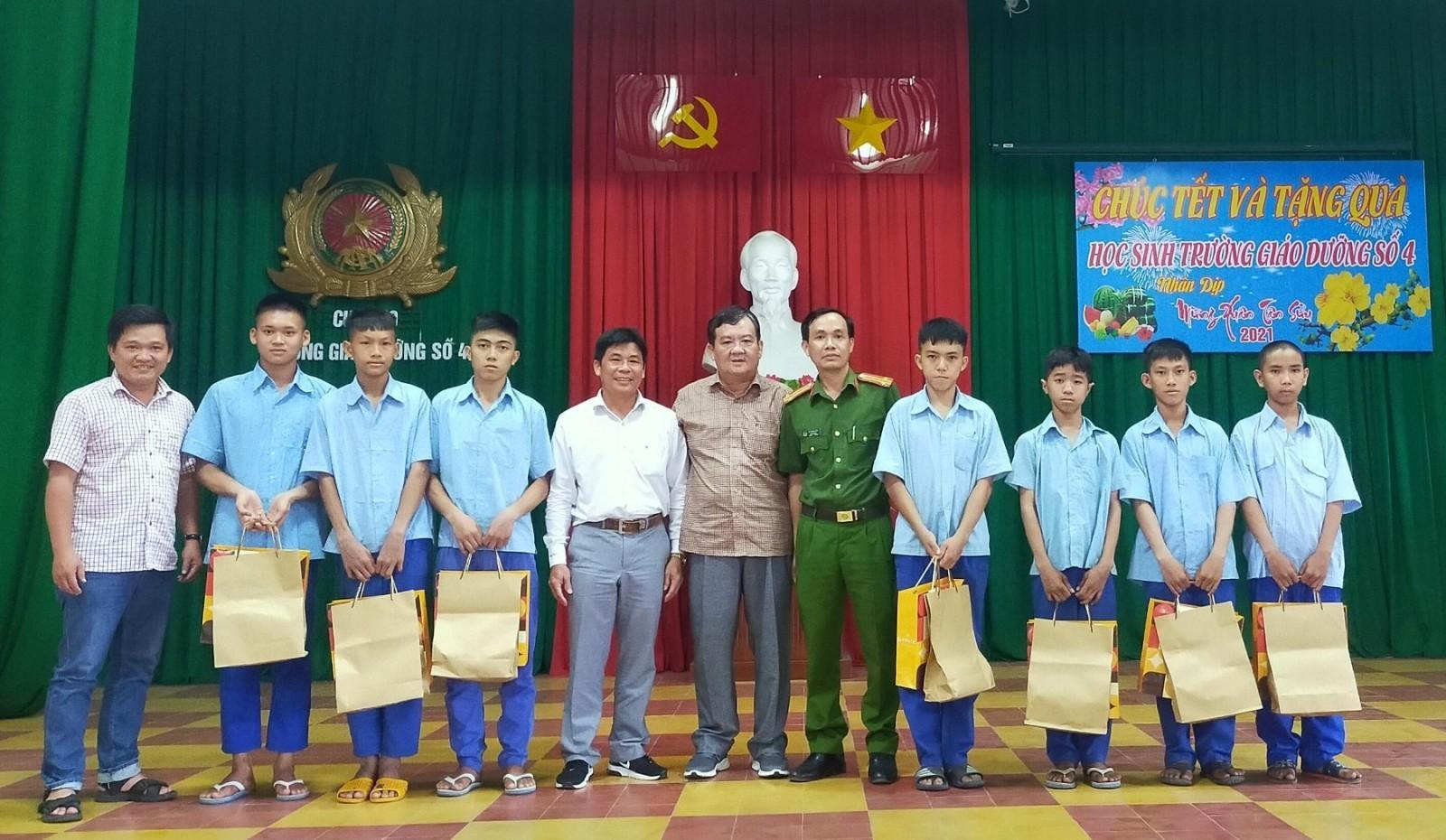 Tặng quà trẻ em tại Trường Giáo dưỡng số 4 Ảnh 1
