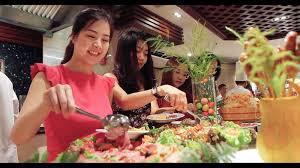 Nhìn cử chỉ nho nhỏ trong bàn ăn buffet của chị sếp đoán người này sẽ rất thành công vì biết cách thu phục lòng người Ảnh 3