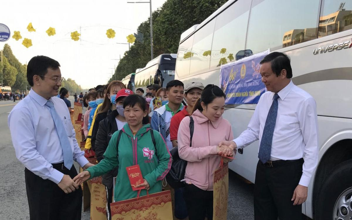 Bình Dương dừng tổ chức xe đưa công nhân về quê đón Tết để phòng dịch Covid-19 Ảnh 1