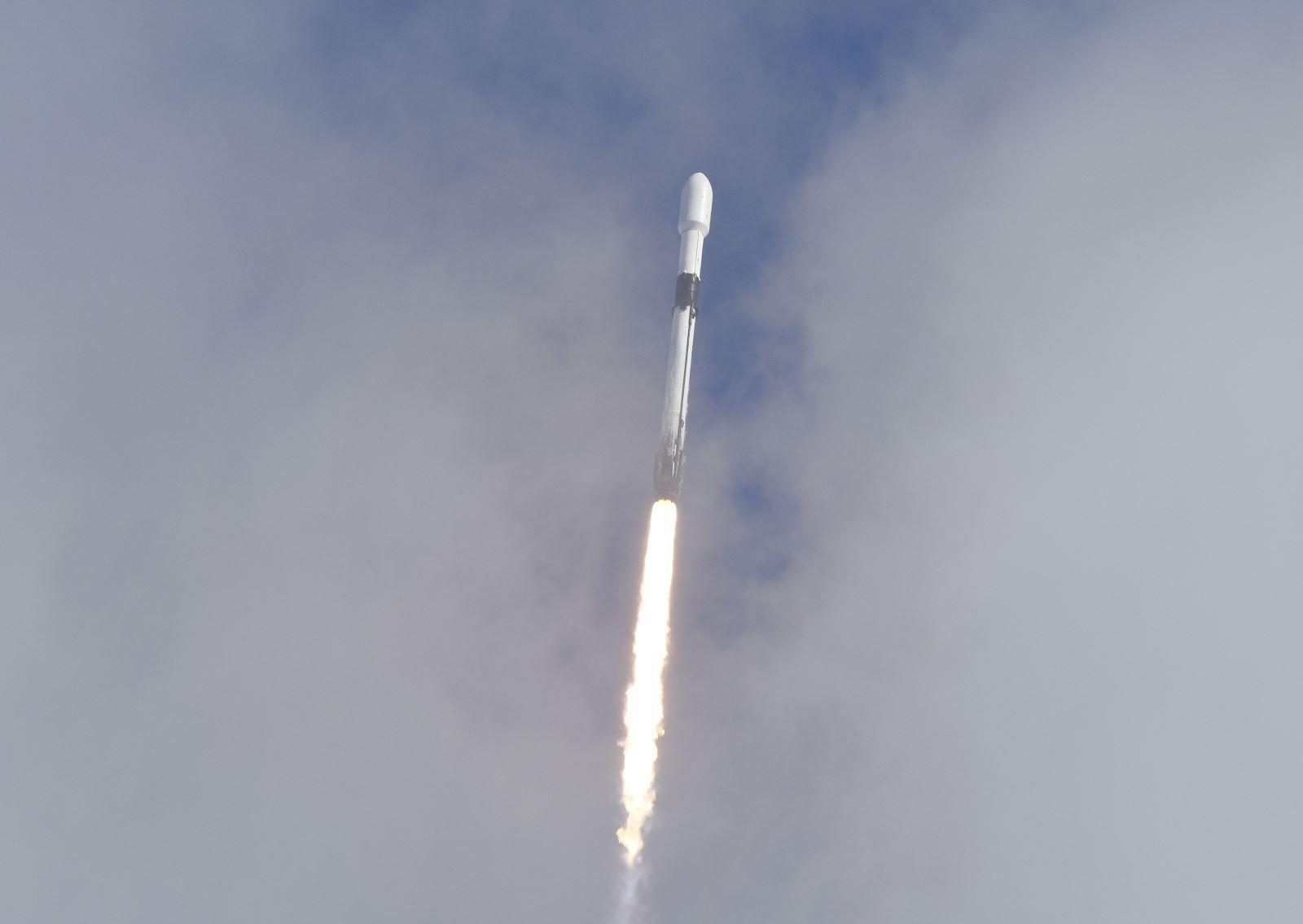 Tỷ phú Mỹ bao trọn chuyến tàu SpaceX đầu tiên chở người thường lên vũ trụ Ảnh 1