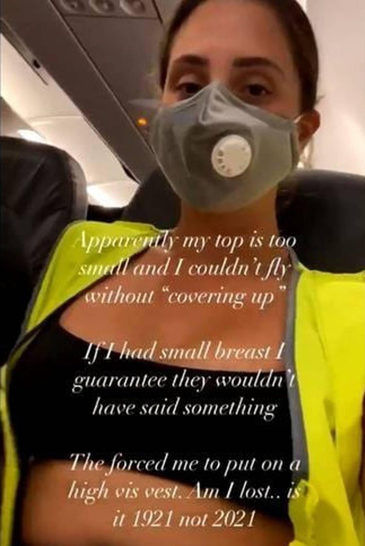 Bị yêu cầu khoác thêm áo khi mặc crop top lên máy bay Ảnh 1