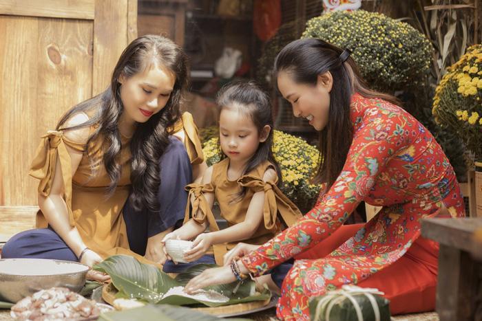 Vương Thu Phương cùng mẹ gói bánh chưng ngày Tết Ảnh 7