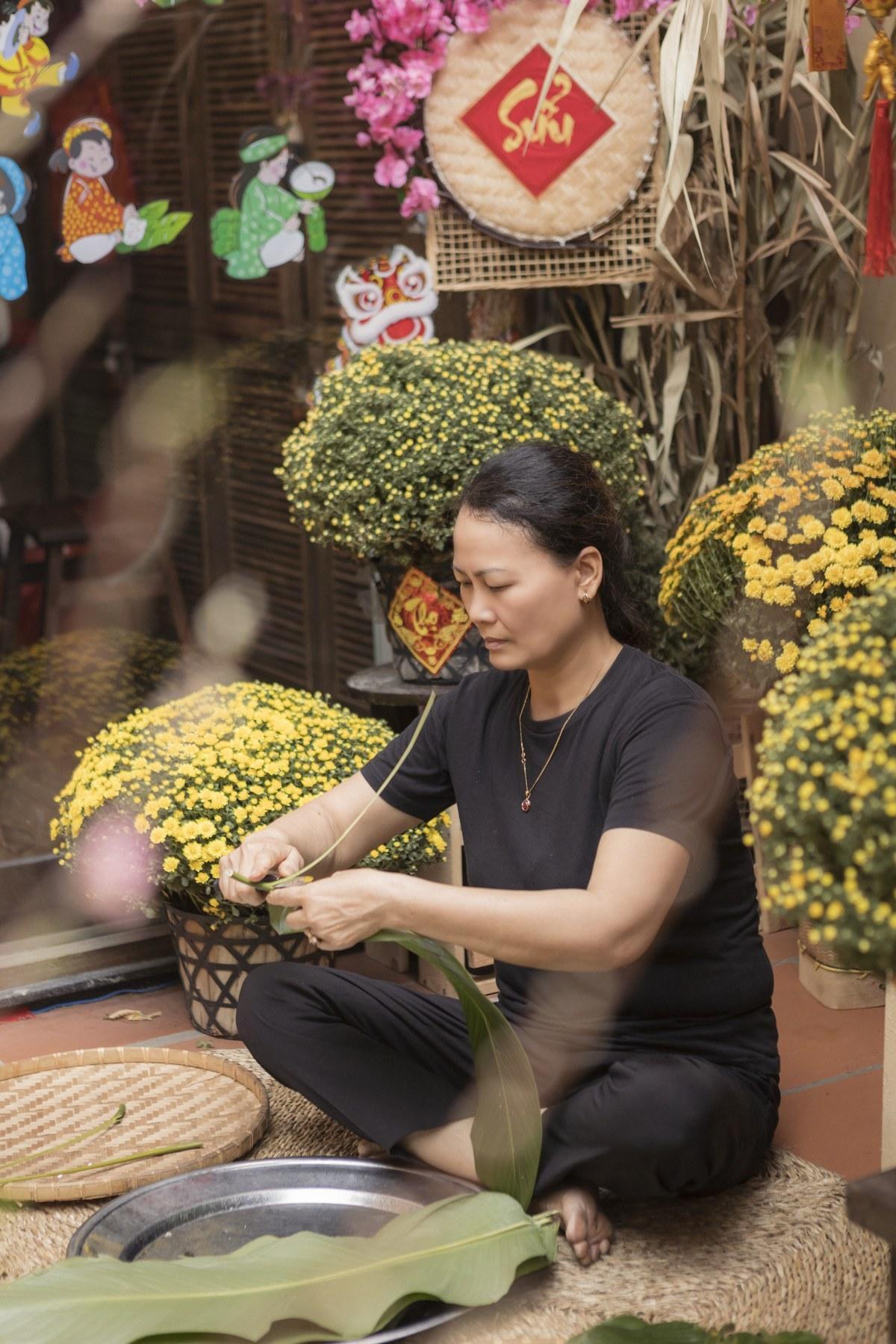 Vương Thu Phương cùng mẹ gói bánh chưng ngày Tết Ảnh 5