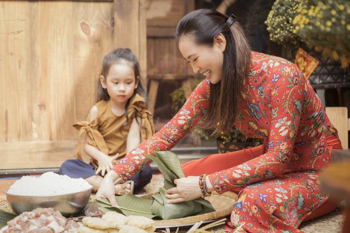Vương Thu Phương cùng mẹ gói bánh chưng ngày Tết Ảnh 4