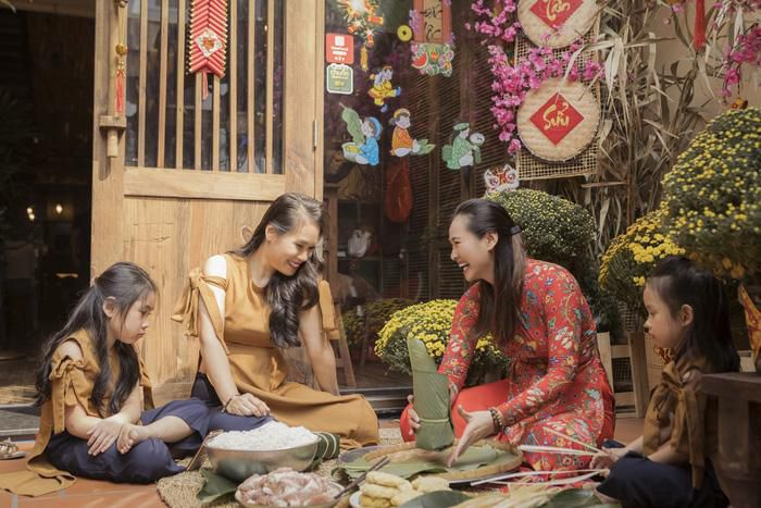 Vương Thu Phương cùng mẹ gói bánh chưng ngày Tết Ảnh 8