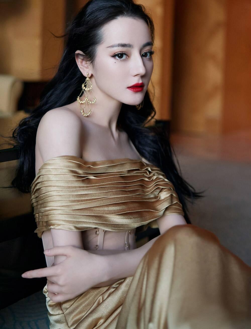 Địch Lệ Nhiệt Ba khoe thân hình ngọc ngà trong váy đuôi cá vàng kim lấp lánh Ảnh 2