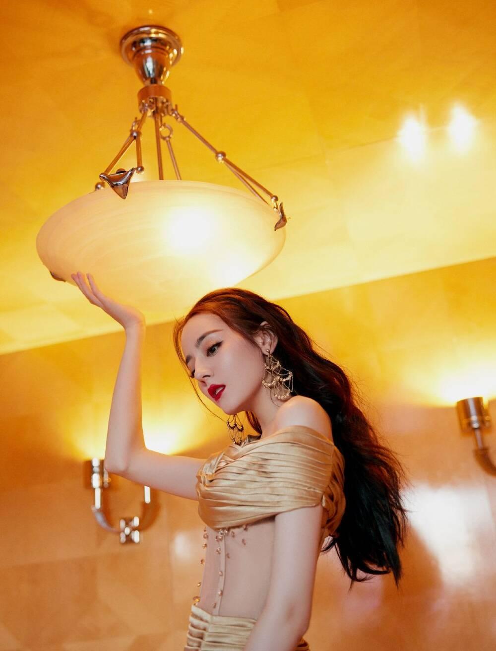 Địch Lệ Nhiệt Ba khoe thân hình ngọc ngà trong váy đuôi cá vàng kim lấp lánh Ảnh 5