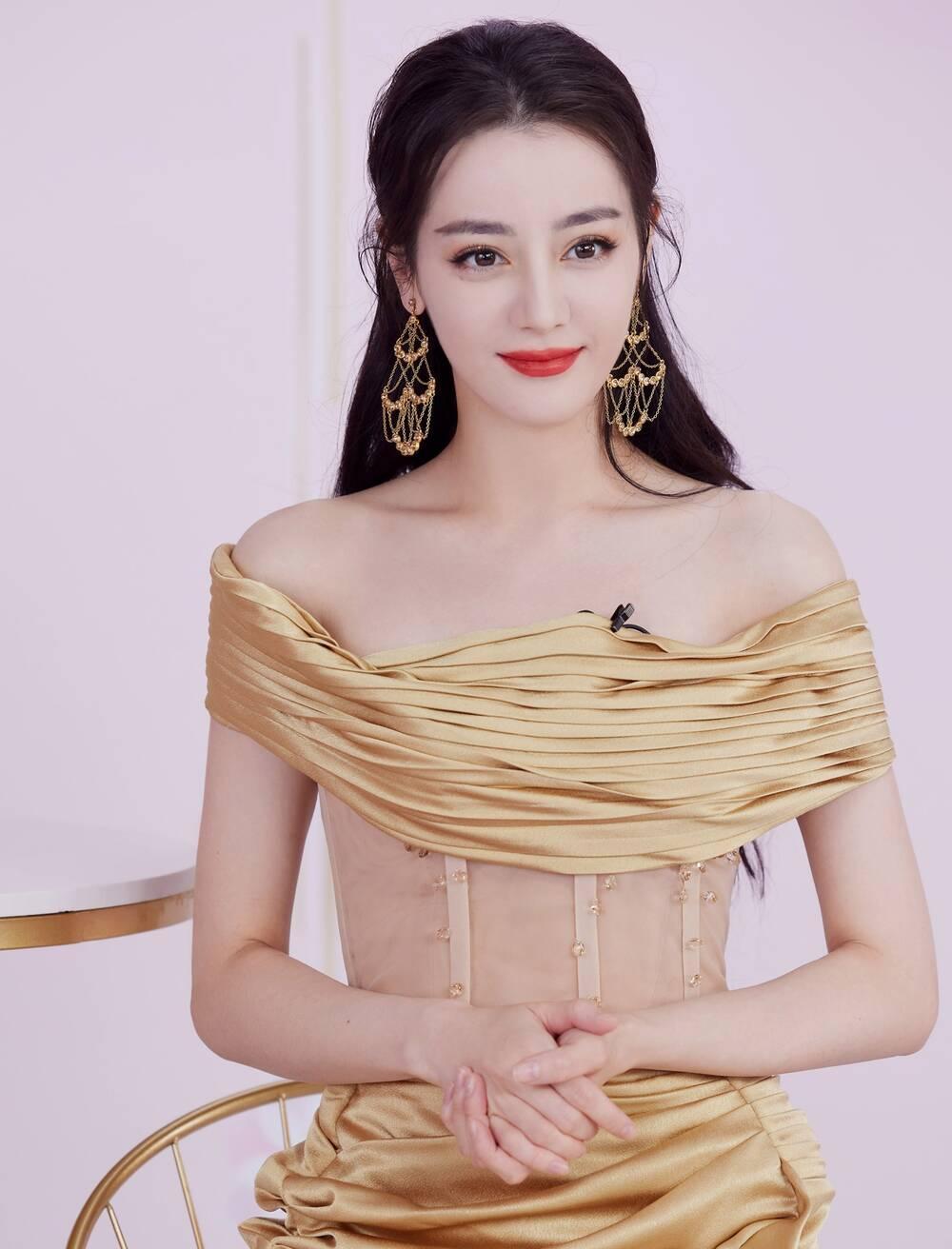 Địch Lệ Nhiệt Ba khoe thân hình ngọc ngà trong váy đuôi cá vàng kim lấp lánh Ảnh 6