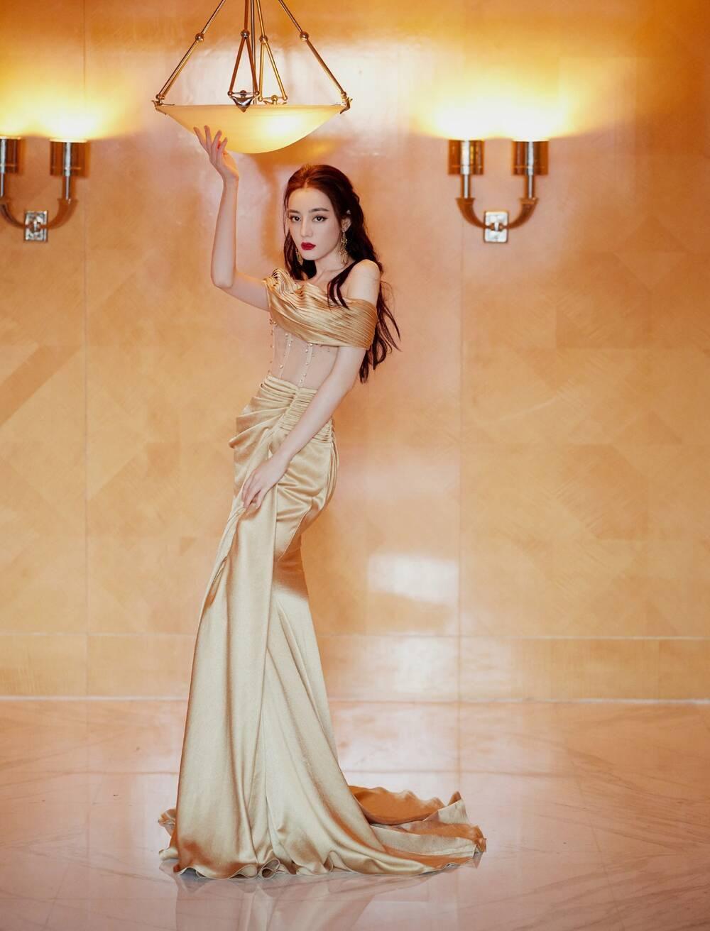 Địch Lệ Nhiệt Ba khoe thân hình ngọc ngà trong váy đuôi cá vàng kim lấp lánh Ảnh 3