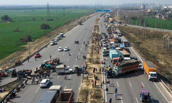 Nông dân Ấn Độ dùng máy kéo, xe tải chặn đường phản đối chính phủ Ảnh 1