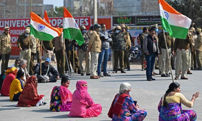 Nông dân Ấn Độ dùng máy kéo, xe tải chặn đường phản đối chính phủ Ảnh 3